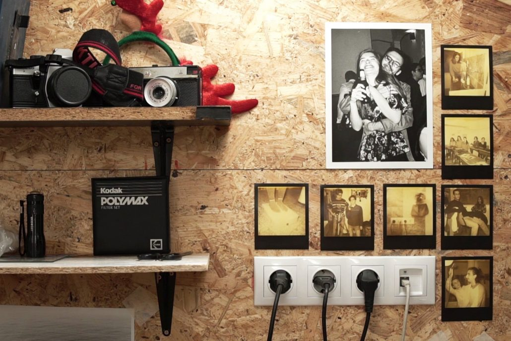 Fotografiile de pe pereții camerei obscure din liceu